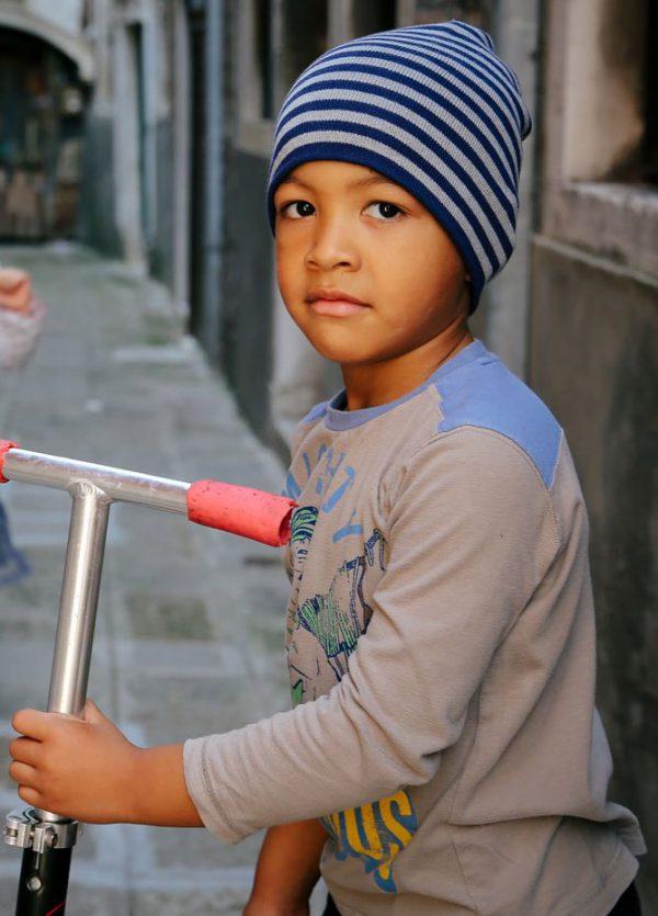 Strīpaina bērnu cepure PLAYGROUND
